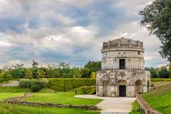 Sikt på den forntida mausoleet av Theodoric i Ravenna - Italien royaltyfria foton