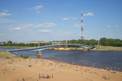 Sikt på den fot- bron över den Volkhov floden om den soliga dagen i juli novgorod veliky russia Arkivbilder