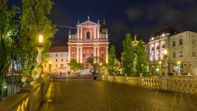 Sikt på den Franciscan kyrkan av förklaringen vid natt arkivfoton
