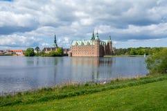 Sikt på den Frederiksborg slotten Fotografering för Bildbyråer