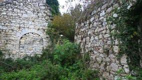Sikt på den gamla förstörda kyrkliga väggen lager videofilmer