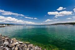 Sikt på den geneva sjön - gummilacka Leman - på en solig dag Arkivbilder