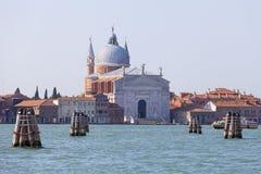 Sikt på den Giudecca ön med den 16th århundraderomaren - katolik II kyrkliga Redentore, Venedig, Italien Royaltyfri Foto