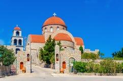 Sikt på den grekiska kloster med klassiskt rött taklägga, Grekland Arkivfoto