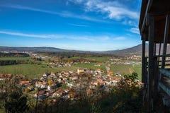 Sikt på den Gruyeres byn, Schweiz och de omgeende kullarna i höstljus royaltyfri bild