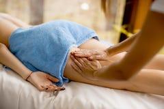 Sikt på den härliga blonda kvinnan som tycker om en massage på hälsan s arkivbilder