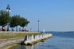 Sikt på den härliga sjön i Polen Mazury på den soliga semesterdagen arkivbild