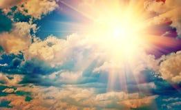 Sikt på den härliga solen i blå för instagramstätta för molnig himmel instagr Royaltyfria Bilder