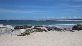 Sikt på den härliga stranden i Peniche, Portugal arkivfilmer