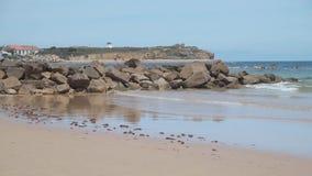 Sikt på den härliga stranden i Peniche, Portugal stock video