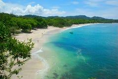 Sikt på den härliga träd-fodrade conchal stranden royaltyfria foton