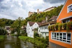 Sikt på den Harburg slotten från bron över floden av Wornitz i staden av Harburg i Bayern, Tyskland arkivfoto