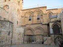 Sikt på den huvudsakliga ingången in på kyrkan av den heliga griften i gammal stad av Jerusalem royaltyfria bilder
