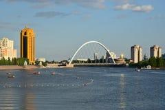 Sikt på den Ishim floden i Astana royaltyfria foton