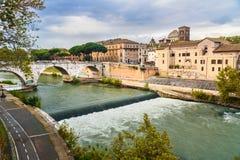 Sikt på den Isola Tiberina eller Tiber ö- och Ponte Cestio bron rome italy arkivfoto
