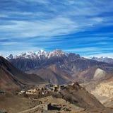 Sikt på den Jarkot byn i den Muktinath dalen, Nepal fotografering för bildbyråer