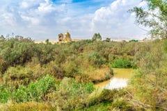 Sikt på den Jordan River Valley och StJohn kyrkan Arkivbilder