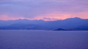Sikt på den Korsika ön och Bonifacio Strait i Frankrike arkivbild