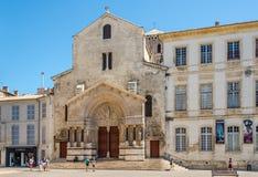 Sikt på den kyrkliga StTrophimen av Arles Arkivfoton