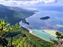 Sikt på den lilla ön på den Mauritius ön från det le morne berget royaltyfri bild