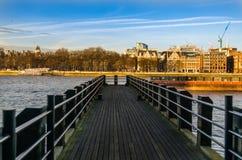 Sikt på den lilla pir på floden på en solig dag Royaltyfri Bild