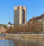 Sikt på den Limmat floden och den Mariott hotellbyggnaden Royaltyfri Bild