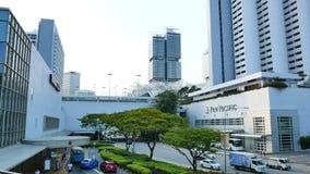 Sikt på den Marina Square shoppinggalleriaingången och Pan Pacific Singapore arkivfilmer