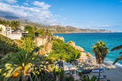 Sikt på den medelhavs- kusten från Balcon de Europa i Nerja - Spanien royaltyfri fotografi