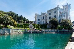Sikt på den Miramare slotten i Italien Royaltyfri Foto