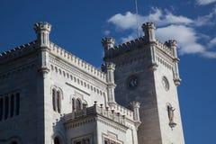 Sikt på den Miramare slotten i Trieste arkivfoto