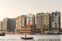 Sikt på den moderna Amsterdam Oosterdok med en liten pråm Fotografering för Bildbyråer