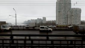 Sikt på den Moskva floden från tunnelbanadrevfönster lager videofilmer