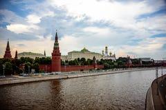 Sikt på den MoskvaKreml och invallningen från större stenbro arkivfoton