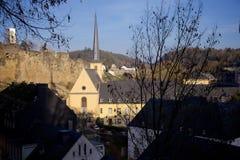 Sikt på den Neumunster abbotskloster i den gamla staden av Luxembourg Royaltyfria Foton