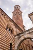 Sikt på den Palazzo dellaen Ragione och den Arco dellaen Costa i Verona, Italien arkivfoto