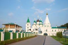 Sikt på den Pechersky uppstigningkloster, afton i august Nizhny Novgorod Arkivbilder