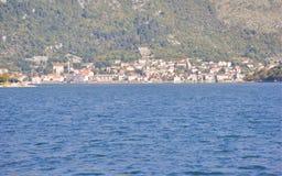 Sikt på den Perast staden, Montenegro Arkivfoton
