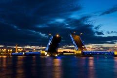 Sikt på den Peter och Paul fästningen och den lyftta slottbron i vita nätter för sommar, St Petersburg arkivfoto