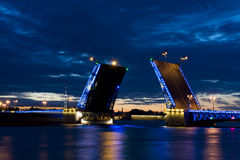 Sikt på den Peter och Paul fästningen och den lyftta slottbron i vita nätter för sommar, St Petersburg royaltyfri fotografi