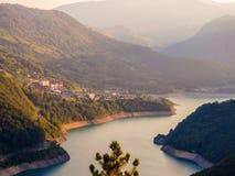 Sikt på den Piva flodspolningen bland bergen, Montenegro royaltyfri foto