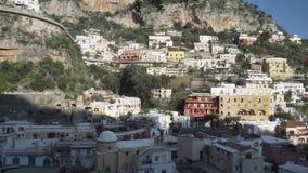 Sikt på den Positano staden i Italien - medelskott - panna arkivfilmer