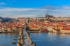 Sikt på den Prague slotten från Charles Bridge fotografering för bildbyråer