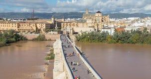Sikt på den Puente Romanobron från överkant i Cordoba arkivfilmer