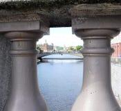 Sikt på den Risbron bron och Norstedts Akademiska Förlag från Norrbrobridge Stockholm Arkivfoto