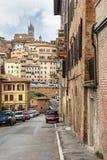 Sikt på den Siena staden från gatan via del Sula italy arkivbilder