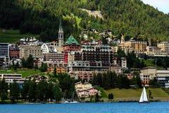 Sikt på den St Moritz staden och en segelbåt på sjön i sommar switzerland Arkivbilder