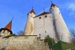 Sikt på den Thun slotten på stenmoment i Schweiz Fotografering för Bildbyråer
