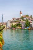 Sikt på den Thun staden med den Aare floden - Schweiz Arkivbilder