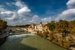Sikt på den Tiber ön och den Cestius bron, Rome Arkivfoton