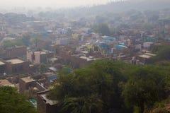 Sikt på den traditionella indiska byn, morgonogenomskinlighet Royaltyfri Fotografi